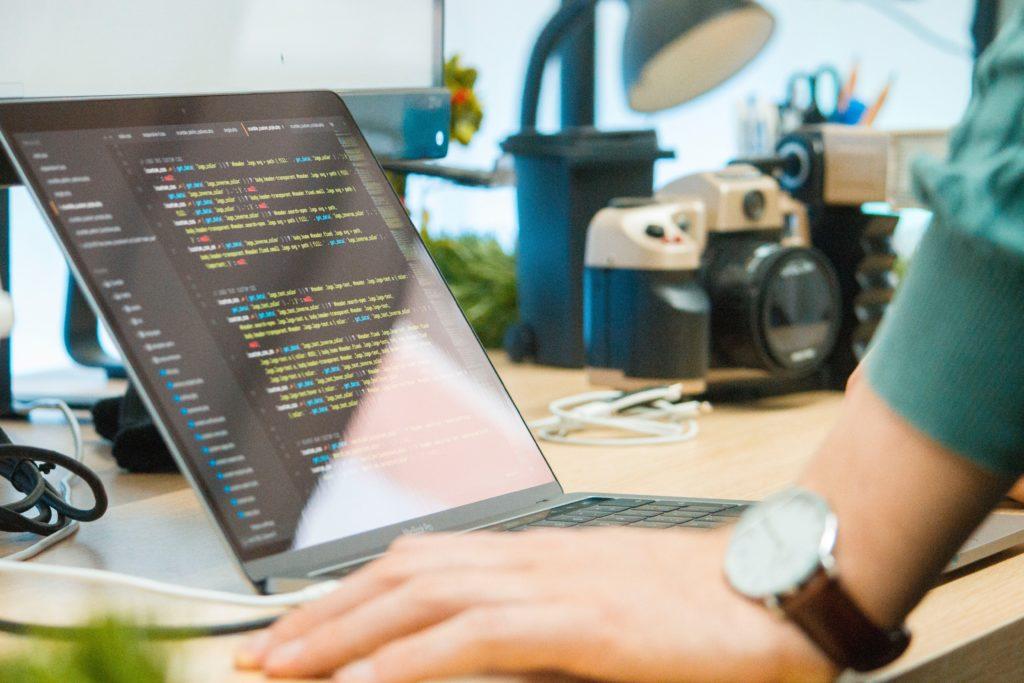 プログラミングは文系出身者もやりやすいと思う